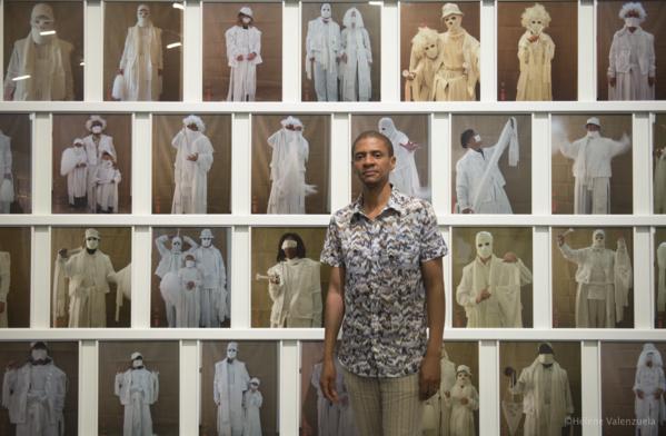 Le commissaire Tumelo Mosaka dans l'exposition. Photo: © Hélène Valenzuela / Mémorial ACTe