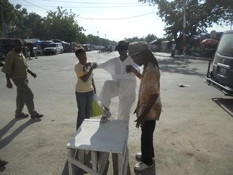 Arrivée de l'artiste sur le Champ-de-Mars, Port-au-Prince, Haït. La performance a été réalisée en collaboration avec les artistes de la Base Art Culture