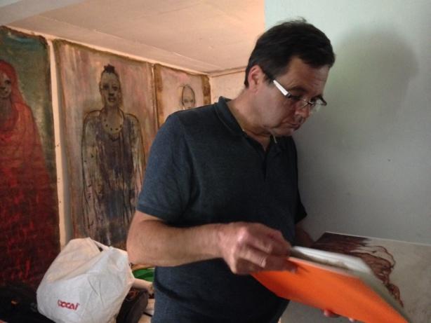 Le Dr Scheider découvrant le travail de l'artiste Christian Sabas