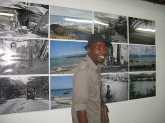 Sébastien Jean devant les photographies d'Hélène Valenzuela, présentées à la galerie T&T Jarry