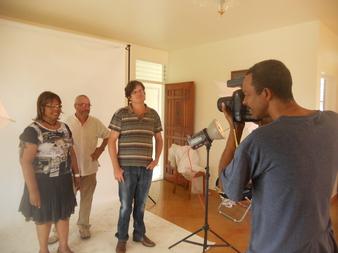 Les trois artistes se préparent pour leur exposition avec l'assistance de Gérard Poirier, membre également de L'Artocarpe e photographe professionnel