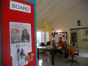 Le commissaire Jose Manuel Noceda en plein travail. Au premier plan des coupures de la presse locale présentant le projet d'Alida Martinez