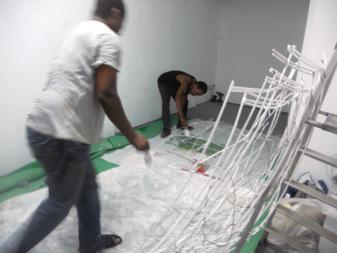 Henri Tauliaut (Guadeloupe) en plein montage de son exposition avec son assistant Stéphane