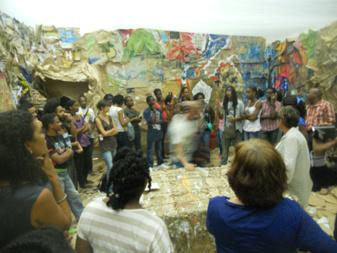 Visite d'une exposition des étudiants organisée durant leur workshop avec un intervenant extérieur
