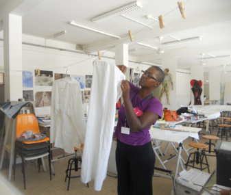 Joëlle Ferly en plein montage de sa pièce Revolution au Lycée Gerville Réache à Basse-Terre, Guadeloupe