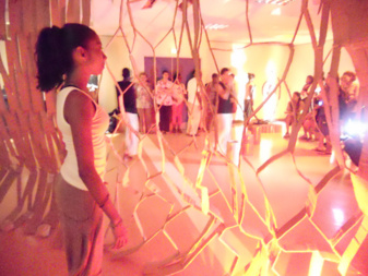 Les jeunes danseurs de la compagnie Correspon'DANSE dirigée par Chritine Top à l'ouverture du festival. Les danseurs évoluaient au sein de la scénographie de Soley