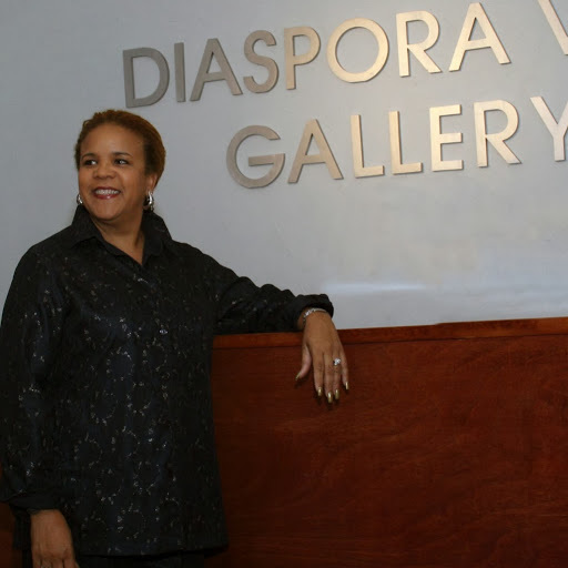 Rosie Gordon Wallace, dont le portrait avait été présenté dans l'émission F Comme Femme des époux James, en 2005, sera des nôtres durant 10 jours. Elle est ici devant sa galerie de Miami.