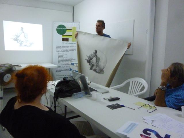 L'artiste François Piquet, membre de L'Artocarpe présentant sont projet à la directrice artistique de L'Artocarpe, la commissaire d'exposition Régine Cuzin. Janvier 2016, Guadeloupe